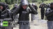 Изцяло женска бригада на колумбийската полиция провежда тренировка по борба с безредиците
