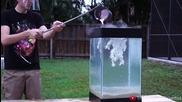 Наливане на разтопен алуминий в аквариум, пълен с вода и топчета