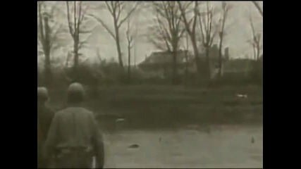 Американски войници убиват германски войници, докато последните се предават