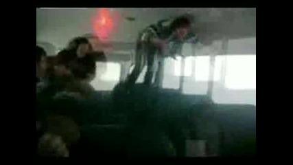 Момиче се удря в тавана на автобус