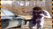 Глупак се опитва да счупи стъкло с главата си (СМЯХ)