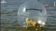 Блондинка се къпе в морето с огромен балон!