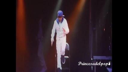 • • Justin Bieber ;; Sexy movimiento • - {}