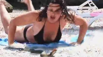 Голи и смешни - Змия на плажа