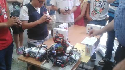 Момиче от пети клас нарежда кубче рубик по бързо от робот