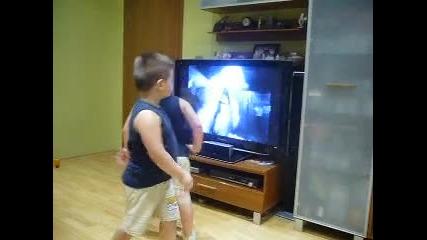 Близнаци танцуват на Michael Jackson 2