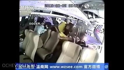 Пътен инцидент, автобус пада от мост!