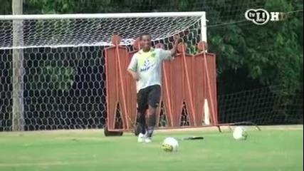 Роналдиньо показва негови трикове с топката