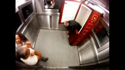 мъртвец в асансьора,смях