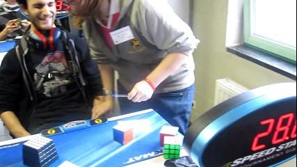 Редене на кубче рубик за 28,80 сек. със затворени очи - световен рекорд!