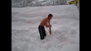 Мъж прави салта в снега полугол!!