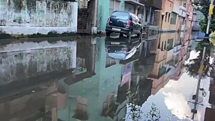 India: Streets submerged as Kolkata hit by flooding