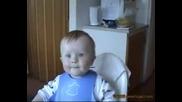Бебе се спуква да се смее .. 100% Смях
