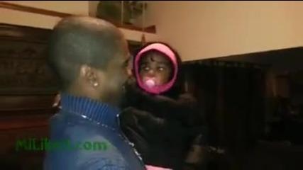 Момиченце се шашва , за първи път обърква баща си с неговият брат близнак!