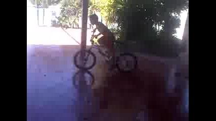 8-годишно момче наричан water bike