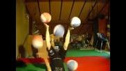 Момиче жомблира топки с ръце и крака!