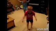 Малко дете танцува много яко - Не е за изпускане