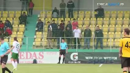 Румънски фенове имитират страничния съдия по време на футболен мач