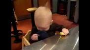 Дете Си Похапва Парче Лимон И Се Мръщи| смях