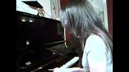 Момиче Свири И Пее На Пияно