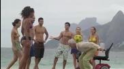 Хора от всички възрасти показват футболни трикове
