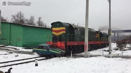 Локомотив удря кола - на забавен кадър !
