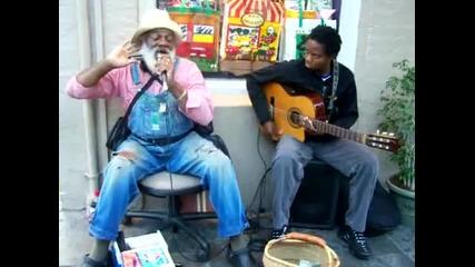 Улични музиканти изпълняват блуз
