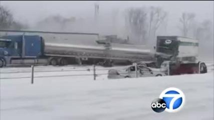 Близо 200 коли и камиони се блъскат на заледена магистрала Мичиган