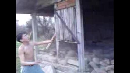 Идиоти Разбиват Дървена Стена