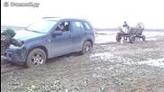 Кон с каруца тегли кола в калта, не си знае силата
