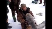 Рибар извади късмет в река Ока - Русия 2013