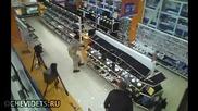 Млад руснак влиза в магазин за техника видимо ядосан