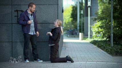 Смях ... Мъж подсвирква на жена