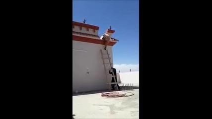 Арабин прецаква приятел със стълба ,но накрая си го получава