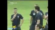 Полуголи фенки нападат италианските футболисти