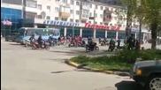 Трамвай срeщу голяма група мотористи
