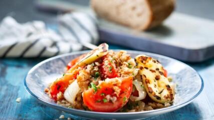 Бон Апети | Доматена салата с печен лук запечено и халуми