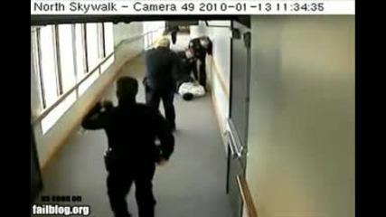 Ей така се бяга от полицията - разбиси главата в бронираното стъкло