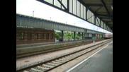Два влака пристигат едновременно на гарата в Цвикау (германия)