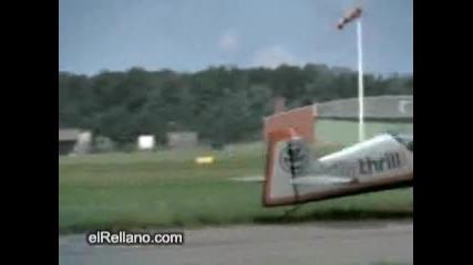 Малък самолет се разпада във въздуха, но пилота успява да го приземи!