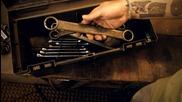 Майстор ковач прави нож от ключ