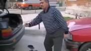 Смях- Мъж от България играе кючек на улицата
