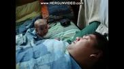 Бебе Се Плаши От Хъркането На Баща Си!