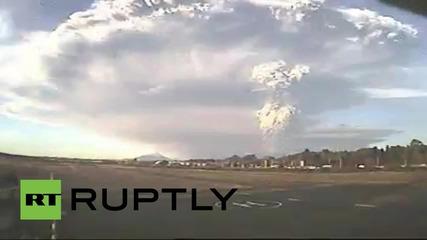 Вулканът Калбуко в Чили изхвърля пепел