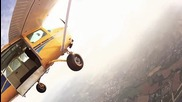 Самолет срещу парашутист