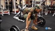 Удивително! 77 годишна тренира здраво във фитнеса