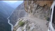 Опасно пътуване в Хималаите с автобус