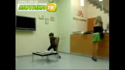 Дете се ядoсва на майка си и й сваля гащите! - Смях