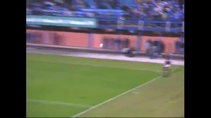 Роналдиньо отново изуми с феноменален гол от корнер