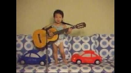 Малко дете пее смешно :d